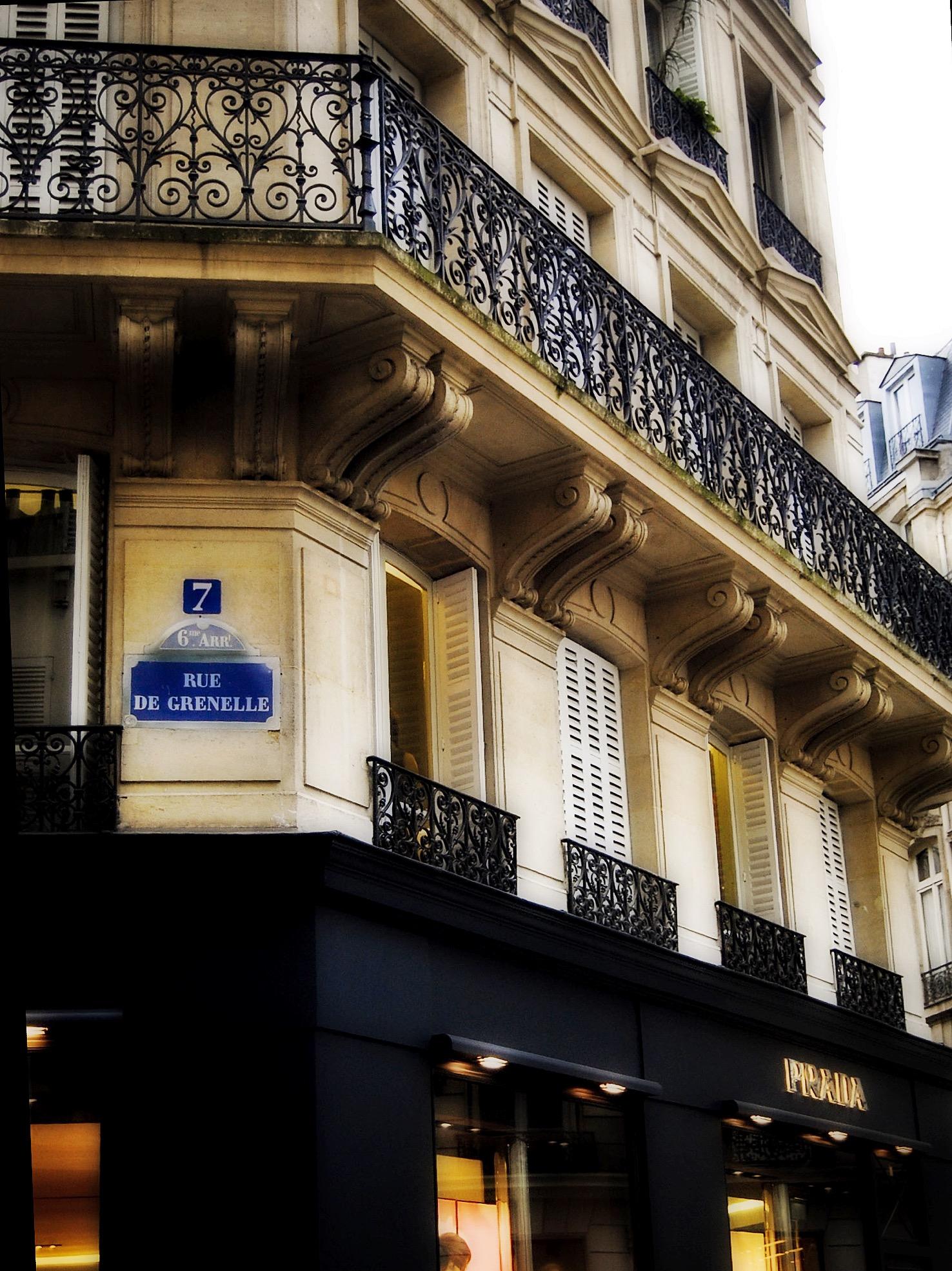 Grenelle Sokağı7 numarada bugün bir Prada mağazası var- üstündeki dairelerden biri de satılık.  Elinizi çabuk tutarsanız sizin olabilir.