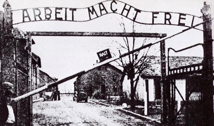 """Levi'nin de tadına baktığı,1.1 milyon insanın katledildiği Auschwitz Toplama Kampı'nın girişlerinden biri. Takta """"Arbeit Macht Frei"""" yazıyor,yani """"Çalışmak Özgürleştirir""""."""