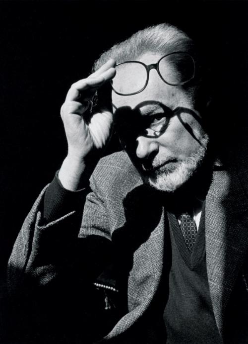 Primo Levi (1919-1987) Levi 3. kattaki evinden merdiven boşluğuna düşerek vefat etti. Resmi kayıtlara bu ölüm intihar olarak kaydedilse de, düşüşünün bir kaza sonucu olabileceğine dair emareler mevcuttur.