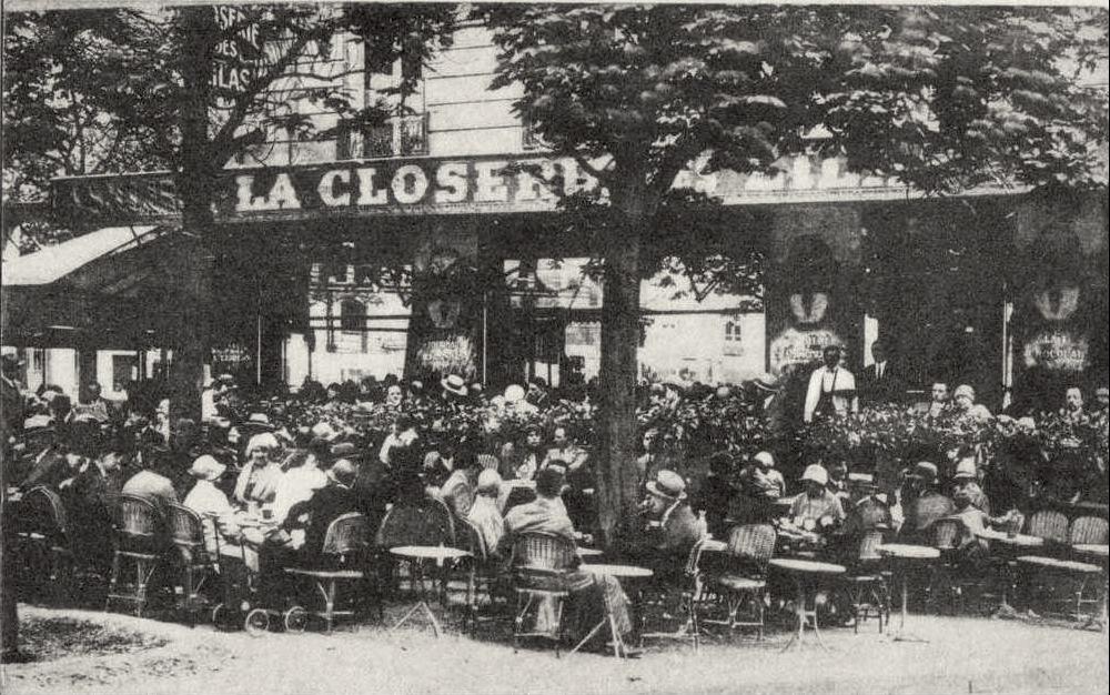 """1847'de açılan """"La Closerie des Lilas""""ın müdavimleri arasında Picasso, Apollinaire, Sartre, Hemmingway, Samuel Beckett gibi dönemlerinin önemli entelektüelleri bulunmaktadır. """"La Closerie des Lilas"""" bugün hala piano-bar olarak faaliyettedir."""