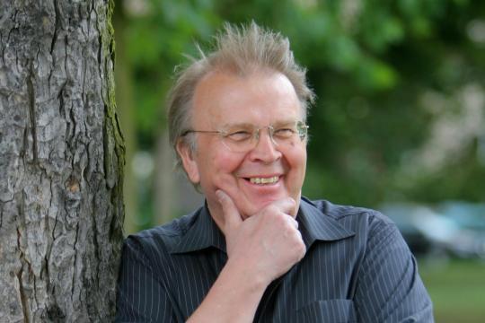 Wilhelm Genazino (1943 - Mannheim) 1965'e kadar gazetecilik yapan Genazino o tarihten bu yana bağımsız yazarlık yapmaktadır.