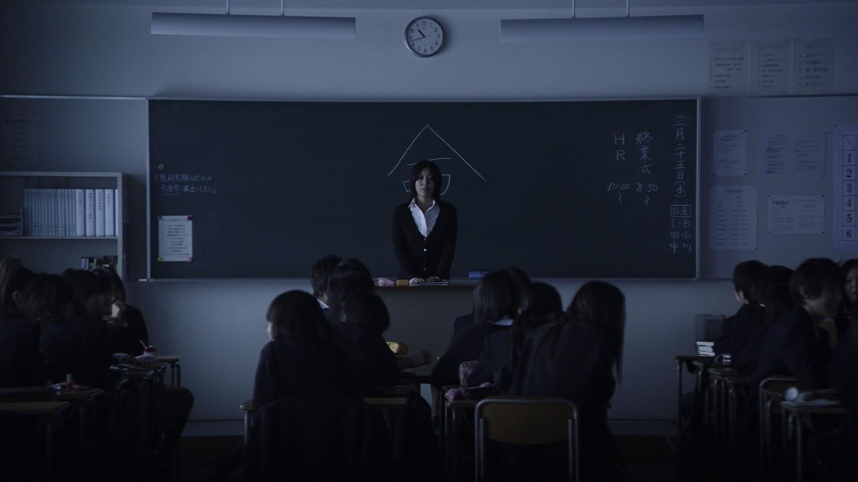"""Morigoçi'nin arkasında Japonca """"Hayat"""" yazmaktadır. Görsel  romanın beyaz perde uyarlaması ,2010 yılında yabancı film dalında Oskar Adayı olan Kokuhaku (2010, Nekaşima) filminden"""