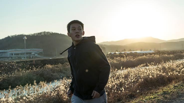 4- Şüphe - Beoning - Burning (2018) - Yönetmen: Lee Chang-Dong🥇Cannes FIPRESCI ödülüGelişimini bolca karşıtlık ve bolca aynılık/döngüsellik üzerine kurmuş, örtük kanalı direkt olandan kalabalık, yavaş tempolu, hiçbir durumun kati olmadığı, cevaptan cok sorular veren sihirli gerçeklik filmi... bittikten sonra kendi üzerine uzun süre düşündürüyor. Murakami'nin hikayesinden ilham alan ancak sinemaya ait olabilmek için bastan yaratılmış.
