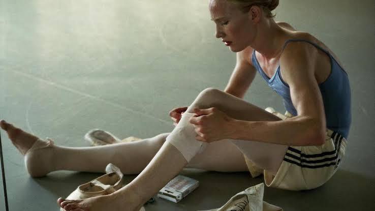 6- Kız- Girl (2018) - Yönetmen: Lukas Dhont🥇Ödüller: Cannes En İyi İlk Filmİzleyiciye kurduğu tuzak ile izleyicinin arkasında dolanıp önyargılarını yüzüne vuruyor: Yem karakteriyle izleyici özdeşleşmesini sağladıktan sonra izleyici için kaçacak pek alan bırakmıyor.