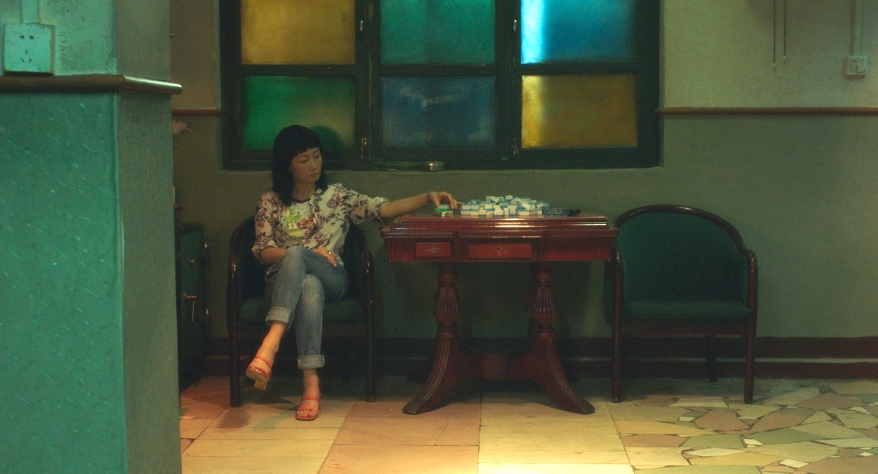Zhangke 17 yıllık dönüşümü bir Mahjong kahvesindeki atmosfer üzerinden sinema dili ile izleyiciye hissettirmeye çalışmış. Filmin başında ve sonunda aynı kahvehane var ve burada Zhangke direkt olarak söylemek, göstermek ya da işaret etmek yerine sinema diliyle hissettirmeyi deniyor.
