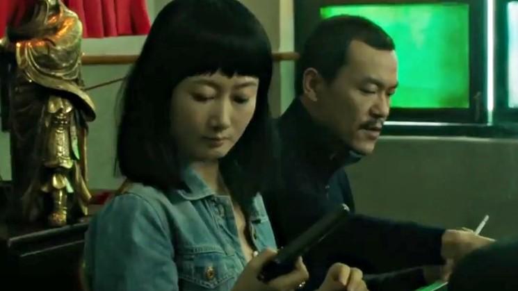 Qiao'nun ilk kez eline silah aldığı an… Bir önceki karedeki devrimi yaptığı an ile bu an arasındaki fark vurucu.