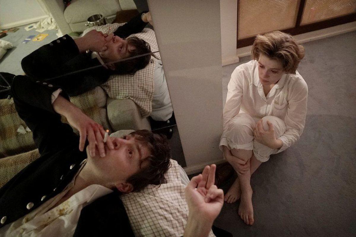 Filmin önemli bir bölümü Julie'nin kutu gibi evinde geçiyor – yine Julie'nin hayatının parçası. Evdeki aynaların yarattığı tuhaf, parçalı derinlik ve evin aydınlık ama klostrofobik atmosferi bir anlatı ögesi olarak filmin tonunu oturtulurken kullanılmış…