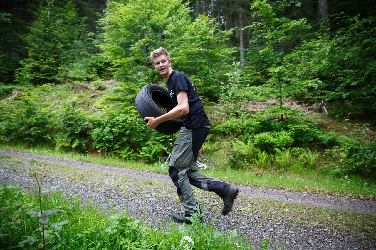 Challenge: mit Reifen den Berg hoch.
