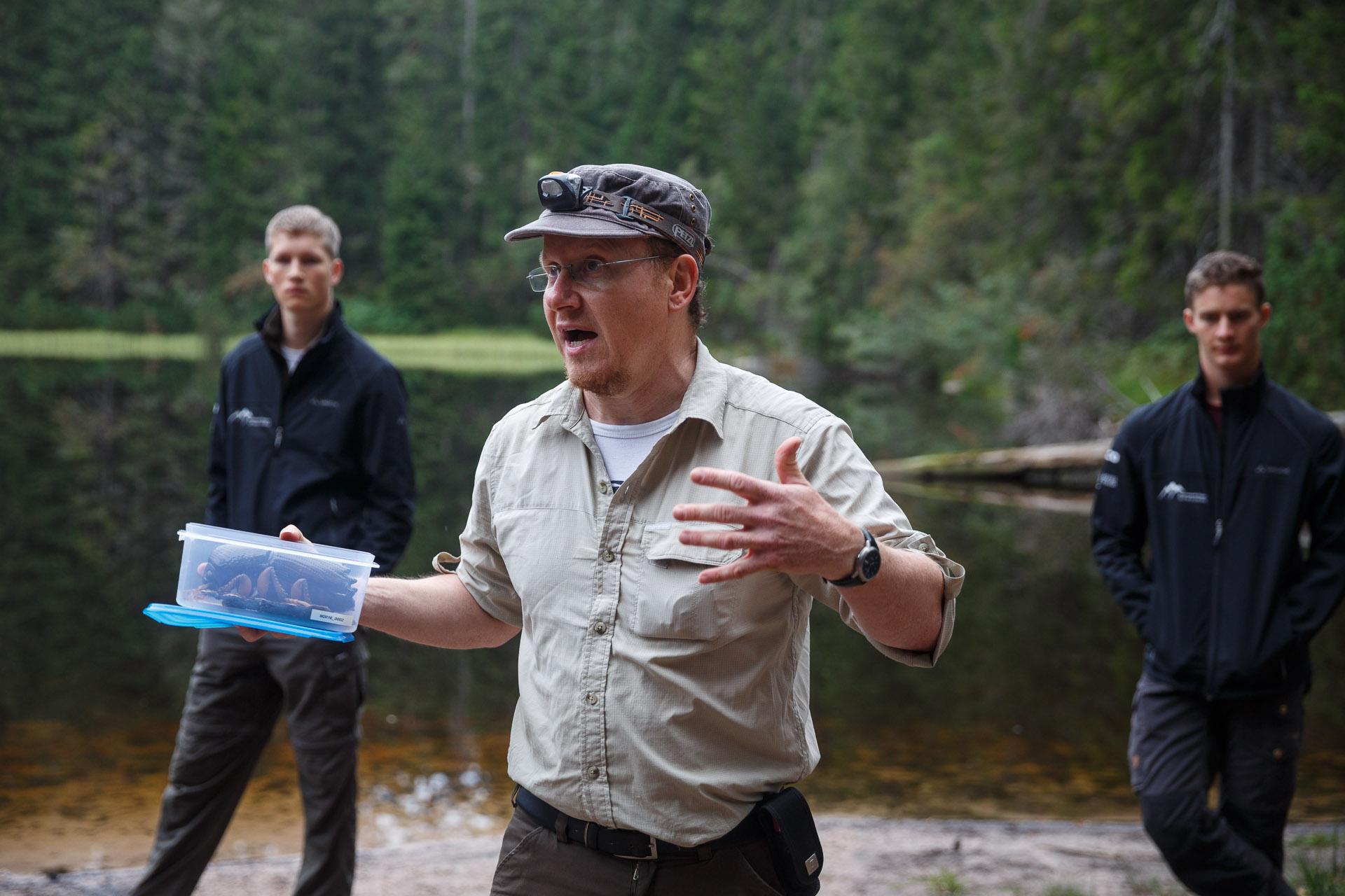 """Wildnispädagoge Luis Scheuermann erzählt davon, wie der Nationalpark mit """"Bork"""", dem Borkenkäfer umgeht."""