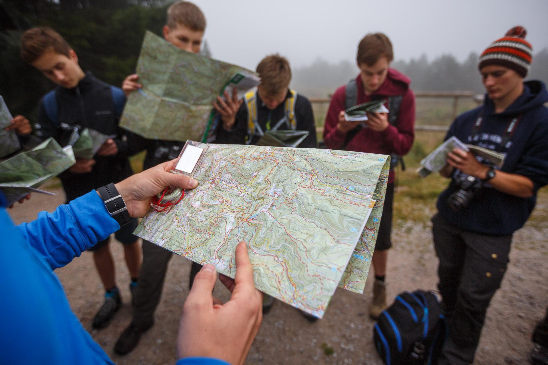 Mit Karte und Kompass.