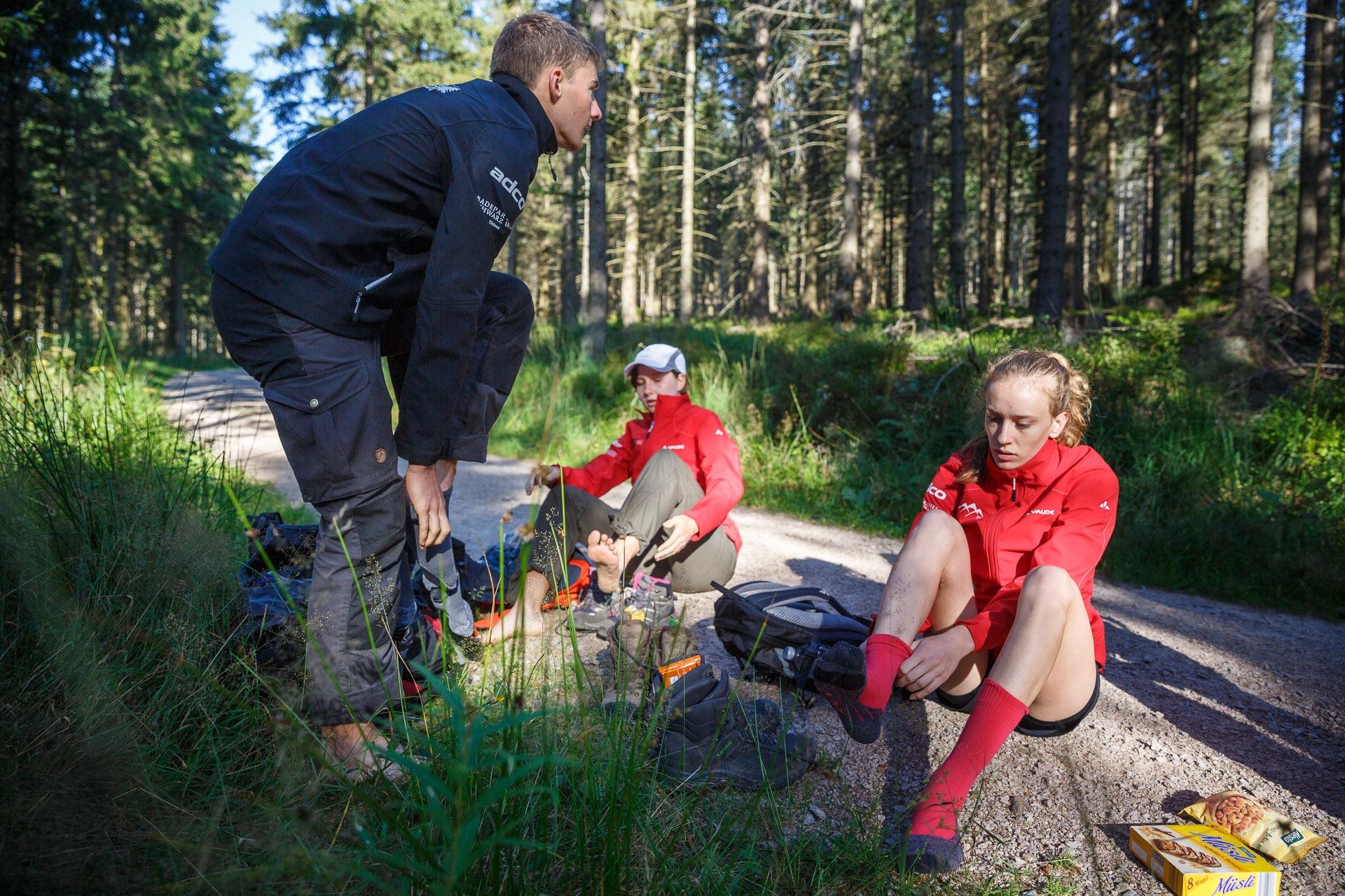 Wenig später haben alle ihre Schuhe gefunden und treten voller Motivation den langen Weg quer durch den Nationalpark an.