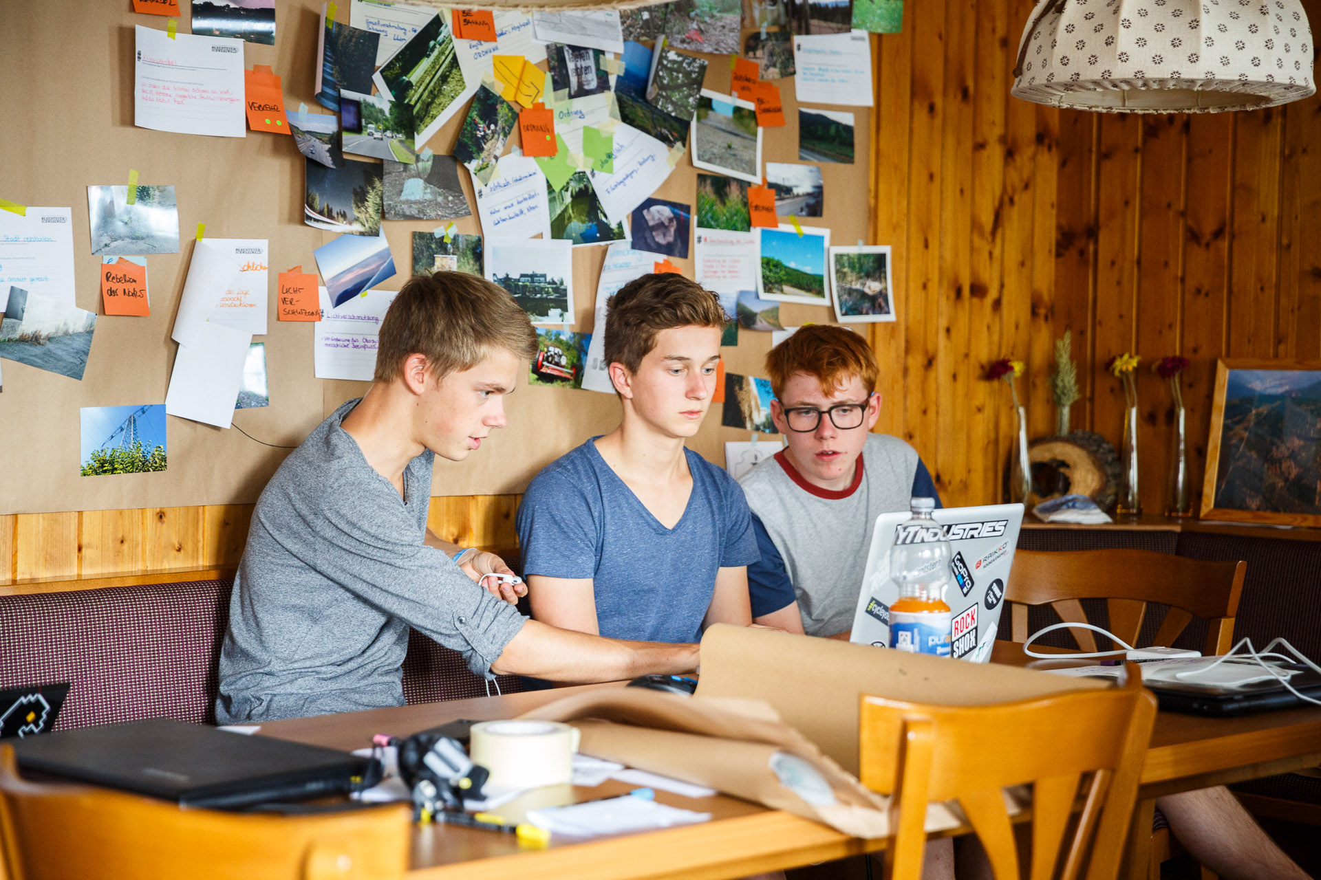 Filmemacher Janis gibt Felix und Jan Input zu ihrem Video.
