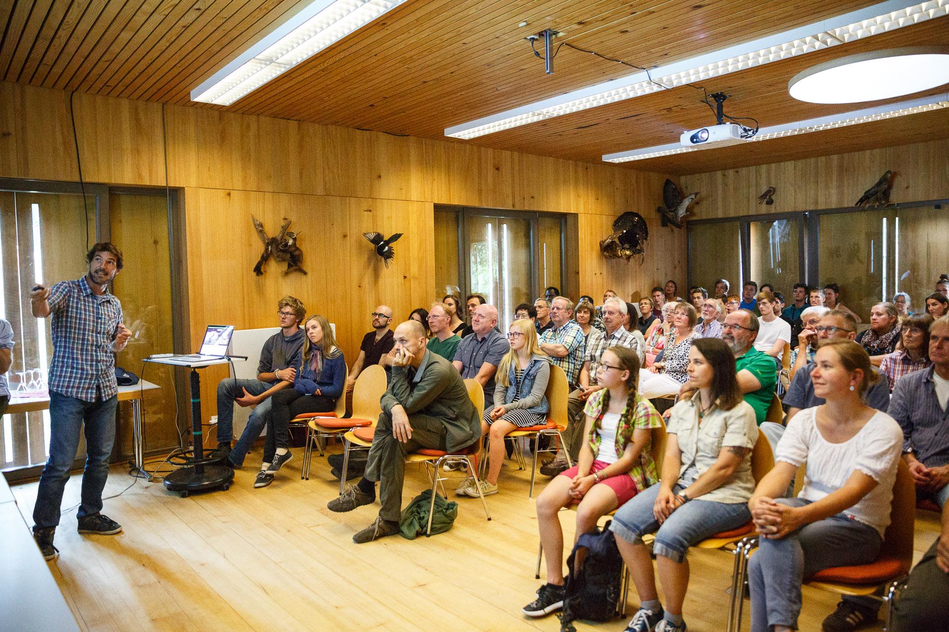 Vortrag im Nationalparkzentrum zu Abenteuer Schwarzwald - auch die Young Explorers hören interessiert zu.