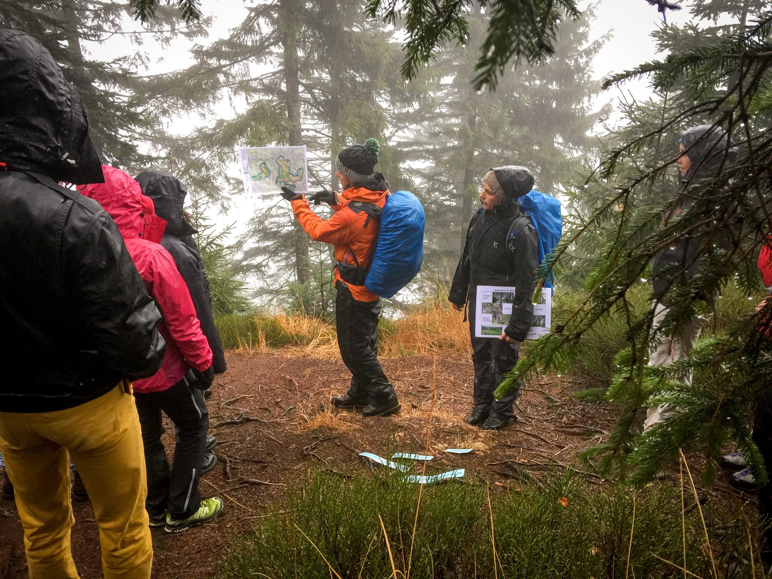 Matthias Eberspächer und Marga Bahr vom Nationalpark geben uns einen Einblick in ihre Arbeit als Wildnispädagogen.