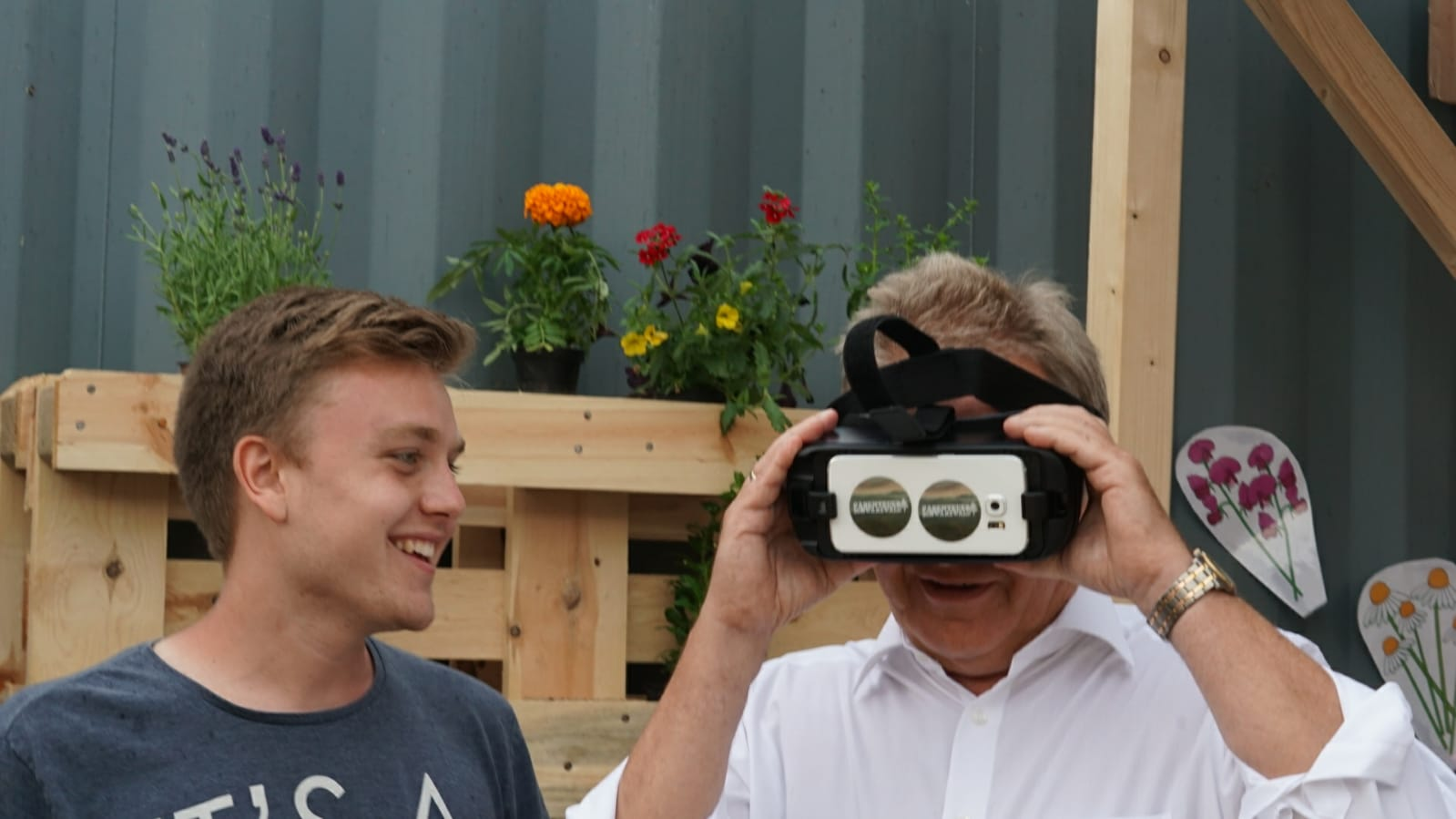 Schirmherr Franz Untersteller, Landesminister für Umwelt, Klima und Energiewende mit der VR-Brille.
