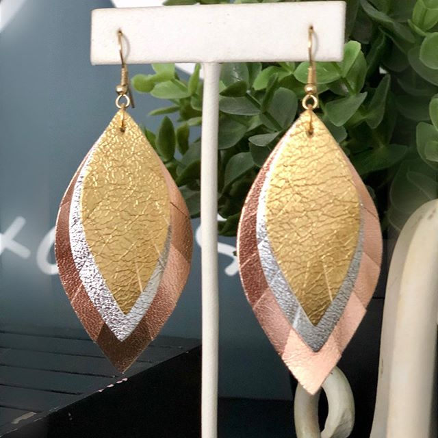 Love love LOVE these new 3-tone feather earrings! Rose gold/silver/gold with gold hooks.  Yes, please! 😍 Now on the website! #ordertoday #acearrings #newstyle #metallics #lightasafeather