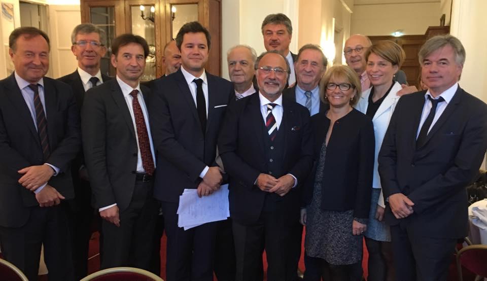 EN PRÉSENCE D'OLIVIER DASSAULT, JEAN-MICHEL FOURGOUS, YVES CENSI, GUILLAUME CHEVROLLIER, JEAN-MICHEL COUVE, DAVID DOUILLET, DANIEL FASQUELLE, MARIE-LOUISE FORT, YVES FOULON, CLAUDE DE GANAY, BERNARD GÉRARD, ARLETTE GROSSKOST, ALAIN HOUPERT, VALÉRIE LACROUTE, ISABELLE LE CALLENNEC, VÉRONIQUE LOUWAGIE, FRÉDÉRIC REISS, FRANÇOIS ROCHEBLOINE, FERNAND SIRÉ, CLAUDE STURNI, PASCAL THÉVENOT, ARNAUD VIALA