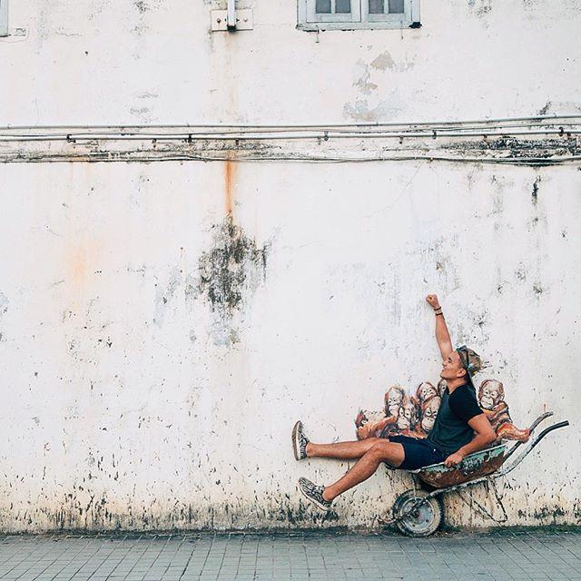 Let's go! Joining the family for a ride #Arangutans #Streetart #Kuching #Borneo #Asia #Malaysia #Graffiti #Apes #VSCO #⚓️icescobar #🇲🇾 #ErnestZacharevic #Zacharevic #grammasters3
