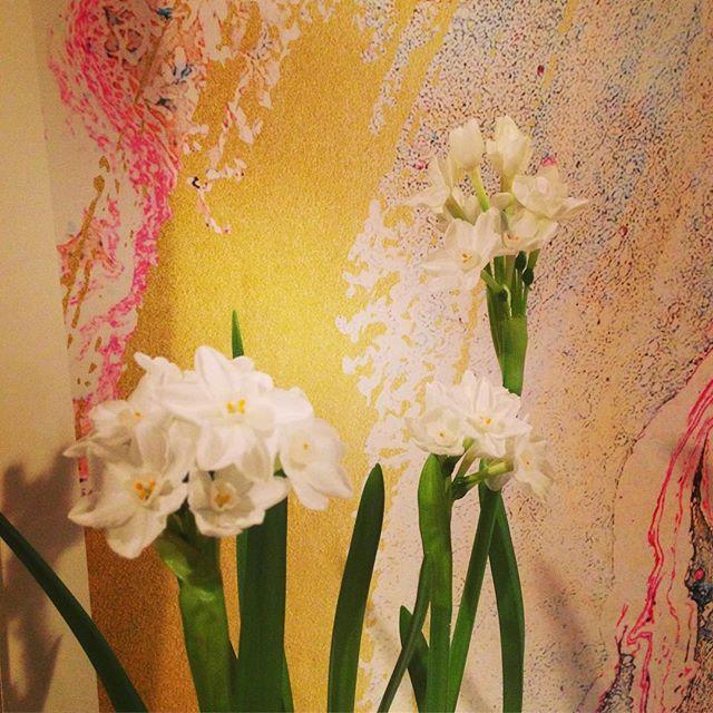 Paper Whites + Paper Wall Art . . . #designinspiration #designinspo #colorinspiration #color #designer #design #paperwhites #flowers