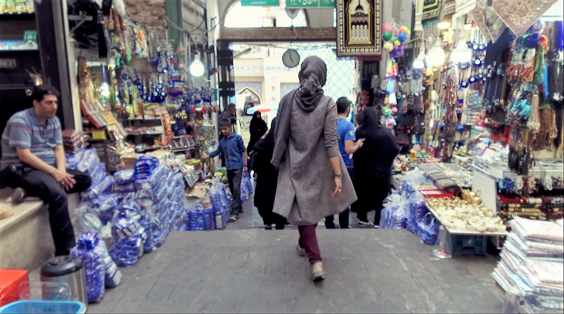 The Derivé - An exploration of social and cultural issues. A dancer moves among the people in an old bazaar in Tehran capturing the responses and reactions. Dance is prohibited in Iran. Directed by Tanin Torabi (طنین ترابی).