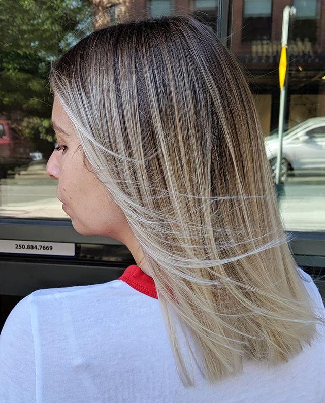 Ooh, that blend tho💁🏼♀️ #blondhair #balayagehighlights #babylights #redkenshadeseq #yyjhair