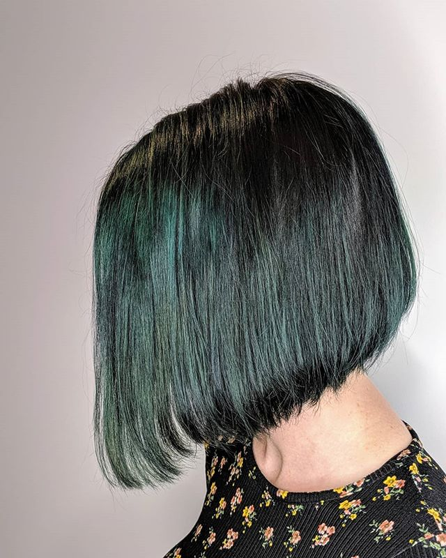 Oh how I love this emerald forest green hair color with a perfect Bob 🌲💚 Brings back all the memories of the young punky color kid I once was😊💚