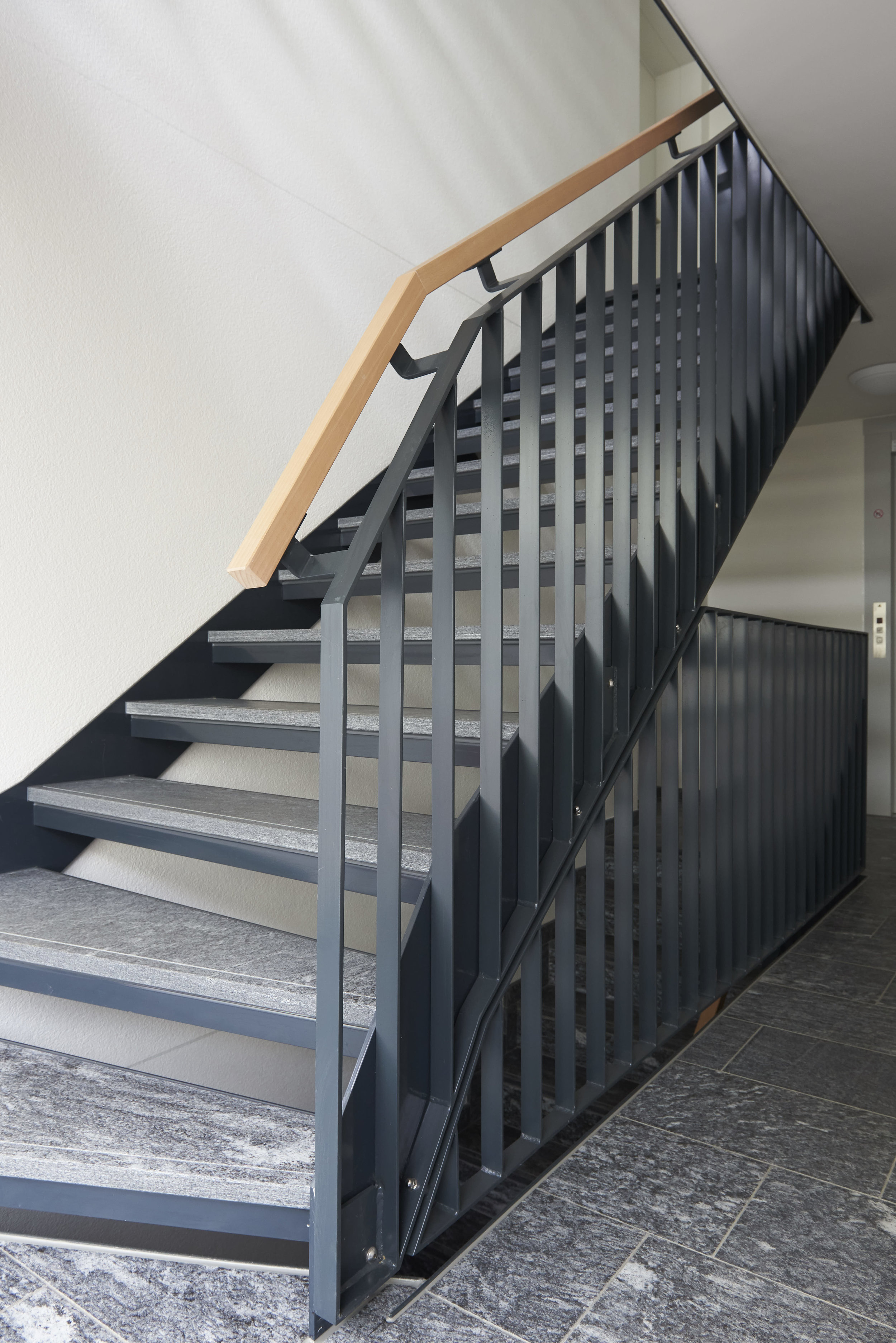 Treppe Stahl-Stein-Holz Kombination