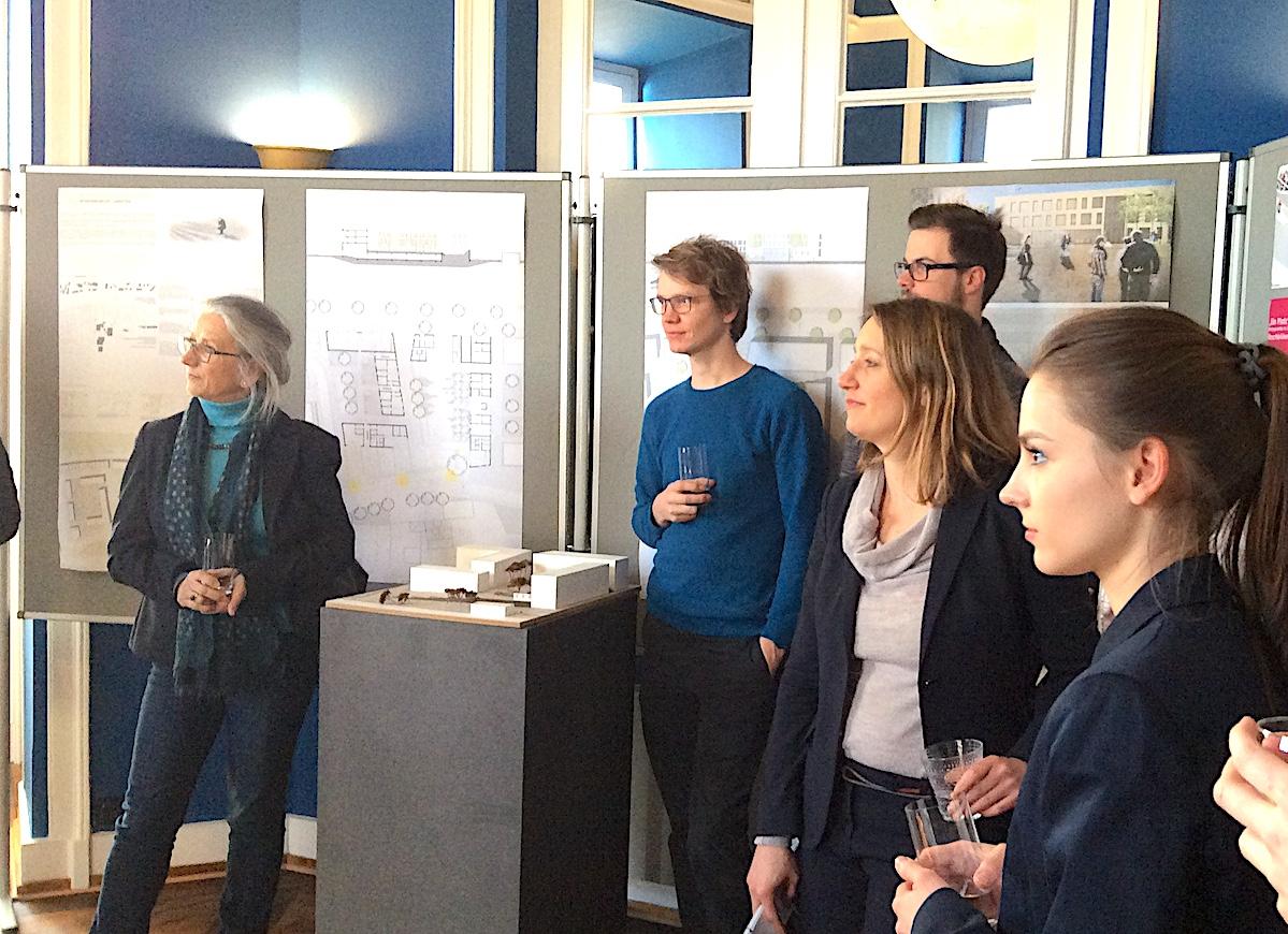 Die beiden Professorinnen der Hochschule Koblenz und Studenten