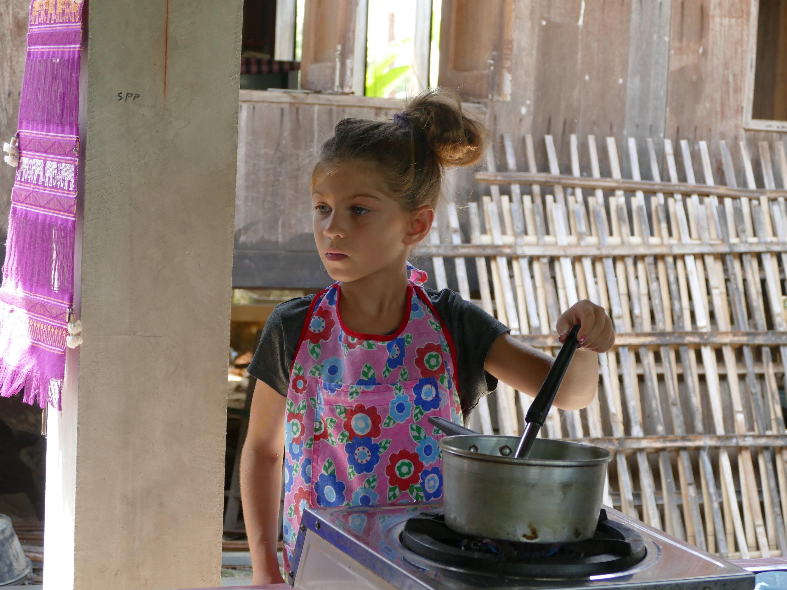 Loryane écoute attentivement les consignes lors du cours de cuisine thaï!