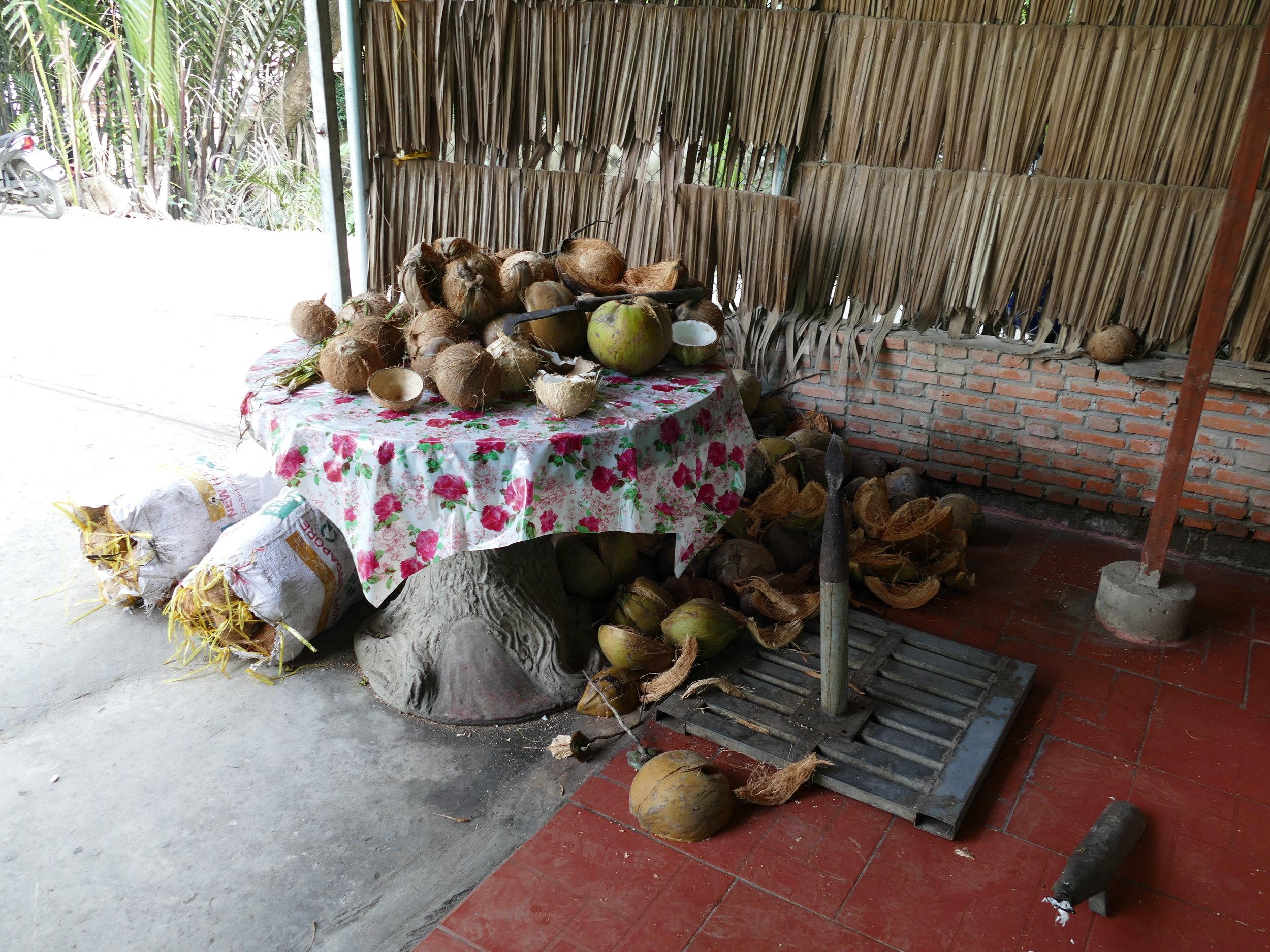Ouvrir et gratter l'intérieur de la noix de coco