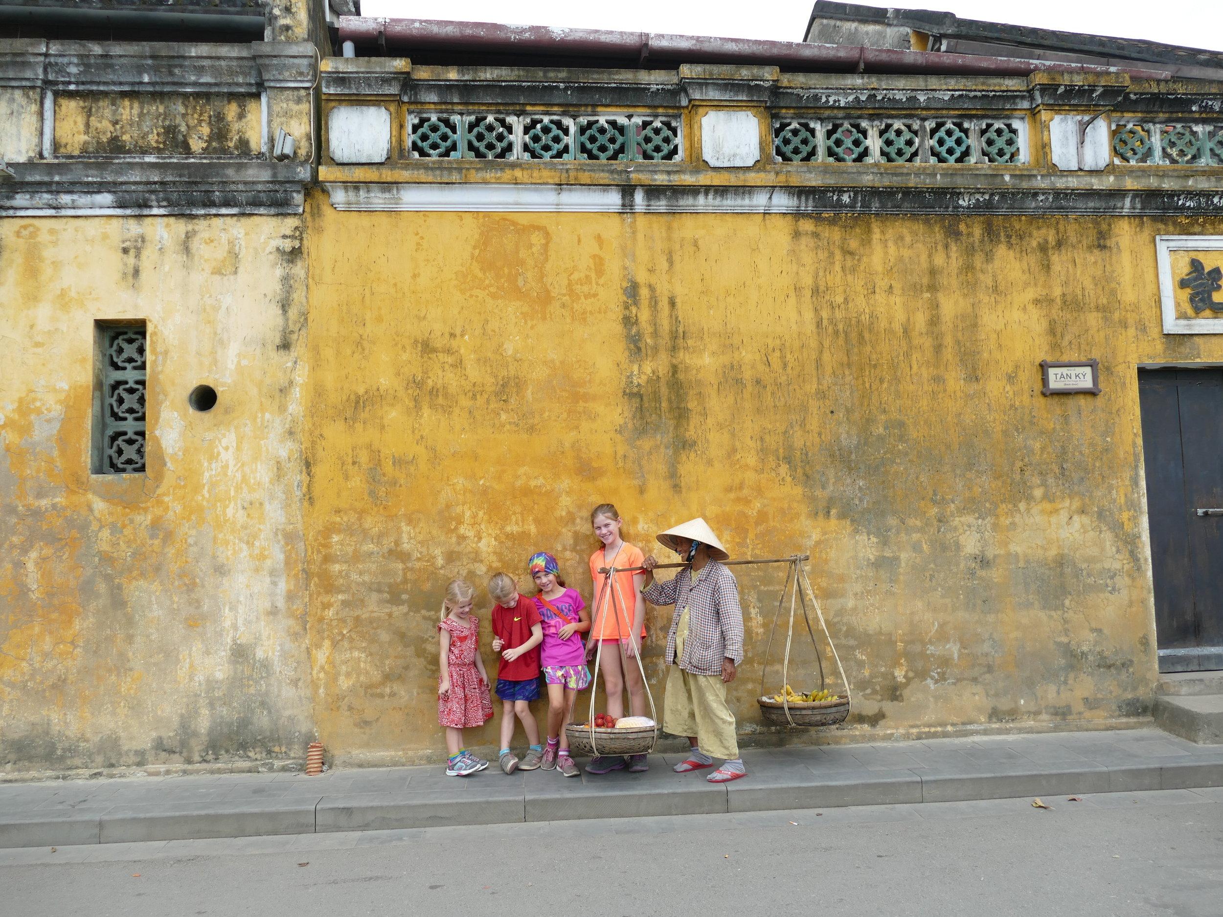 La belle Vietnamienne n'en manquait pas une quand venait le temps des photos!!