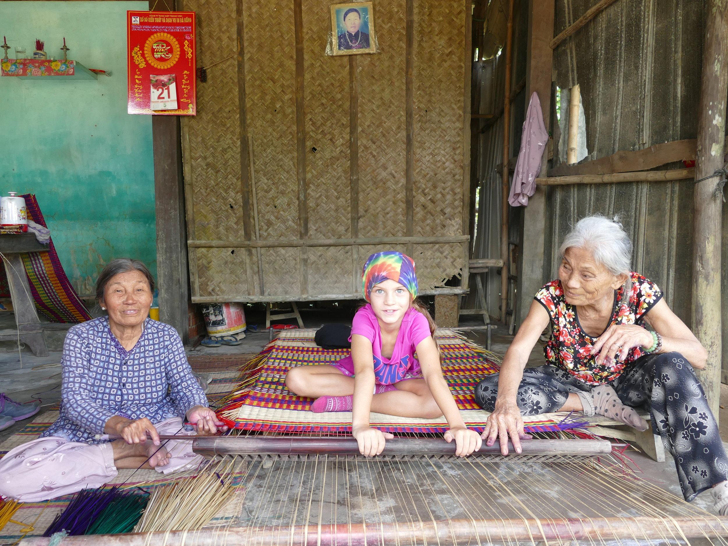 Un cours de tissage traditionnel afin de fabriquer les nattes.