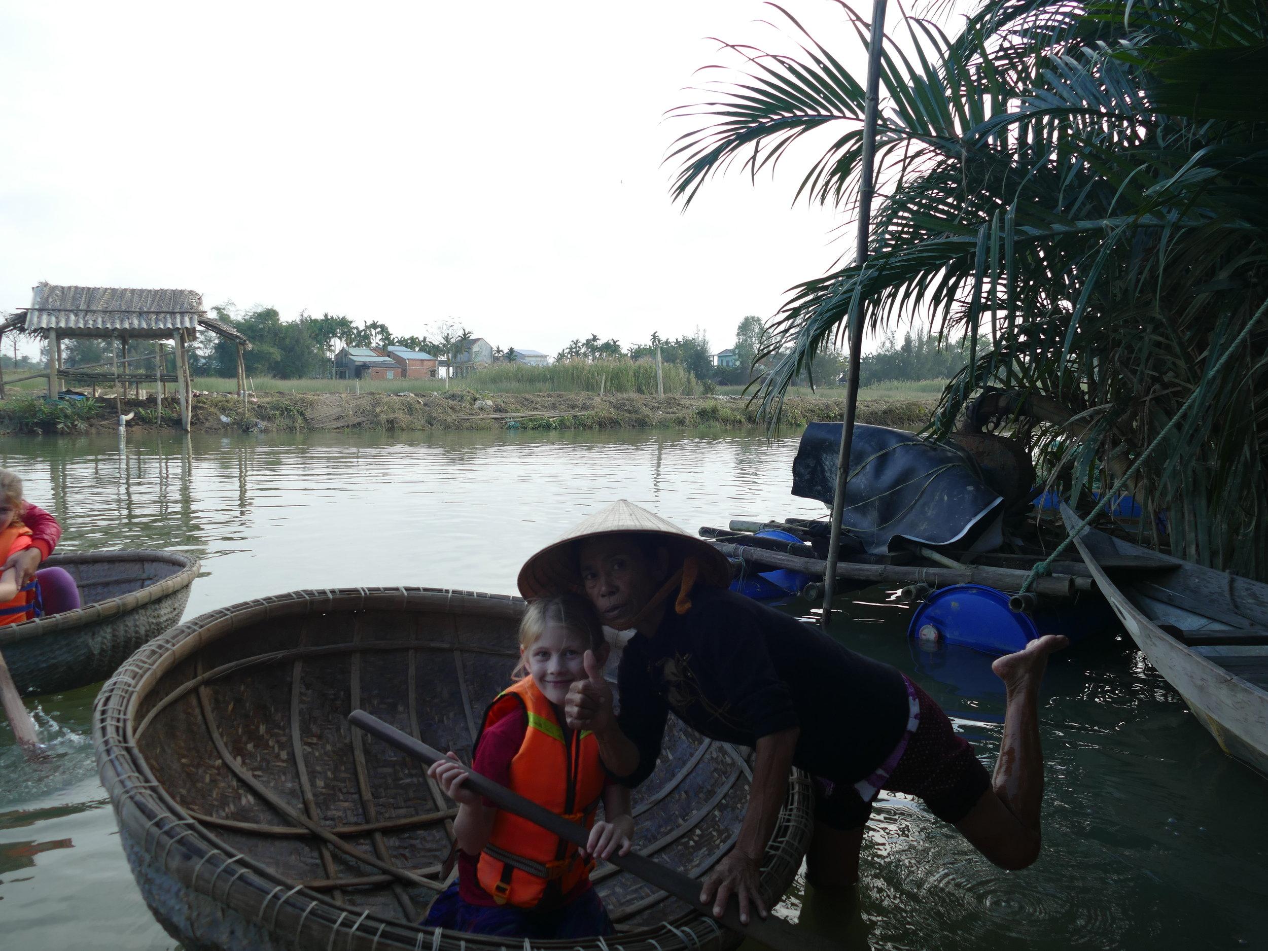 On apprend à pagayer avec ce petit bateau fait à la main.