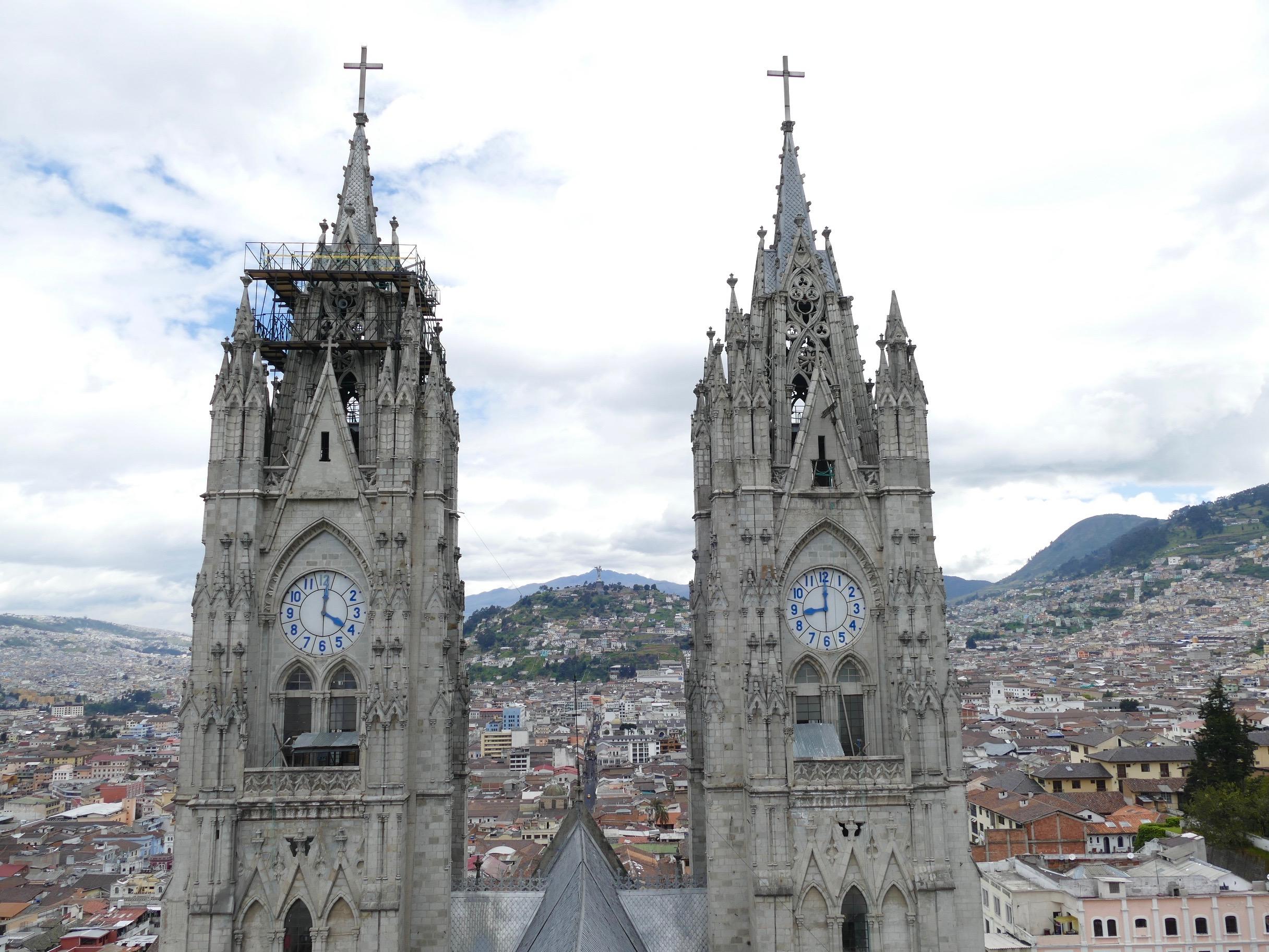 Vue depuis la plus haute tour de la Basilique. On se rend bien compte que Quito est tout en relief!