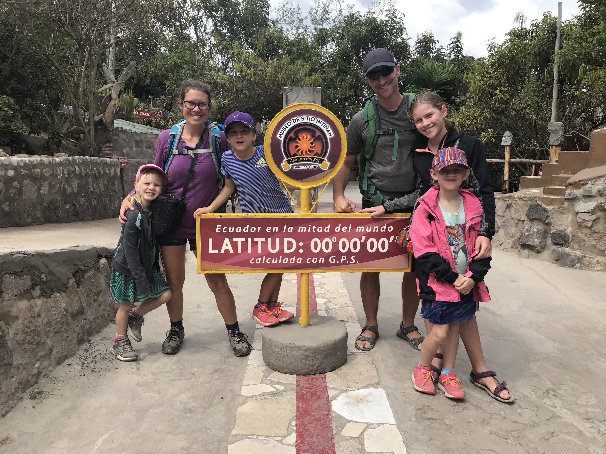 Ça y est, notre famille est séparée: 3 membres dans l'hémisphère nord et les 3 autres dans l'hémisphère sud! Une belle sortie pour tous afin d'en apprendre plus sur la terre. La mita del mundo...