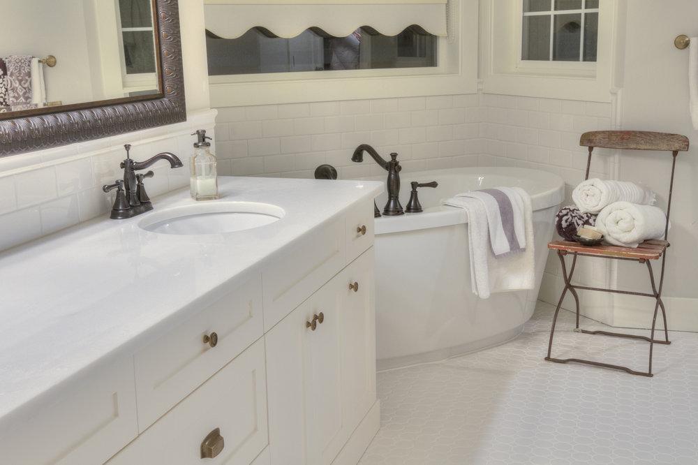 white interior design ensuite bathroom.jpg