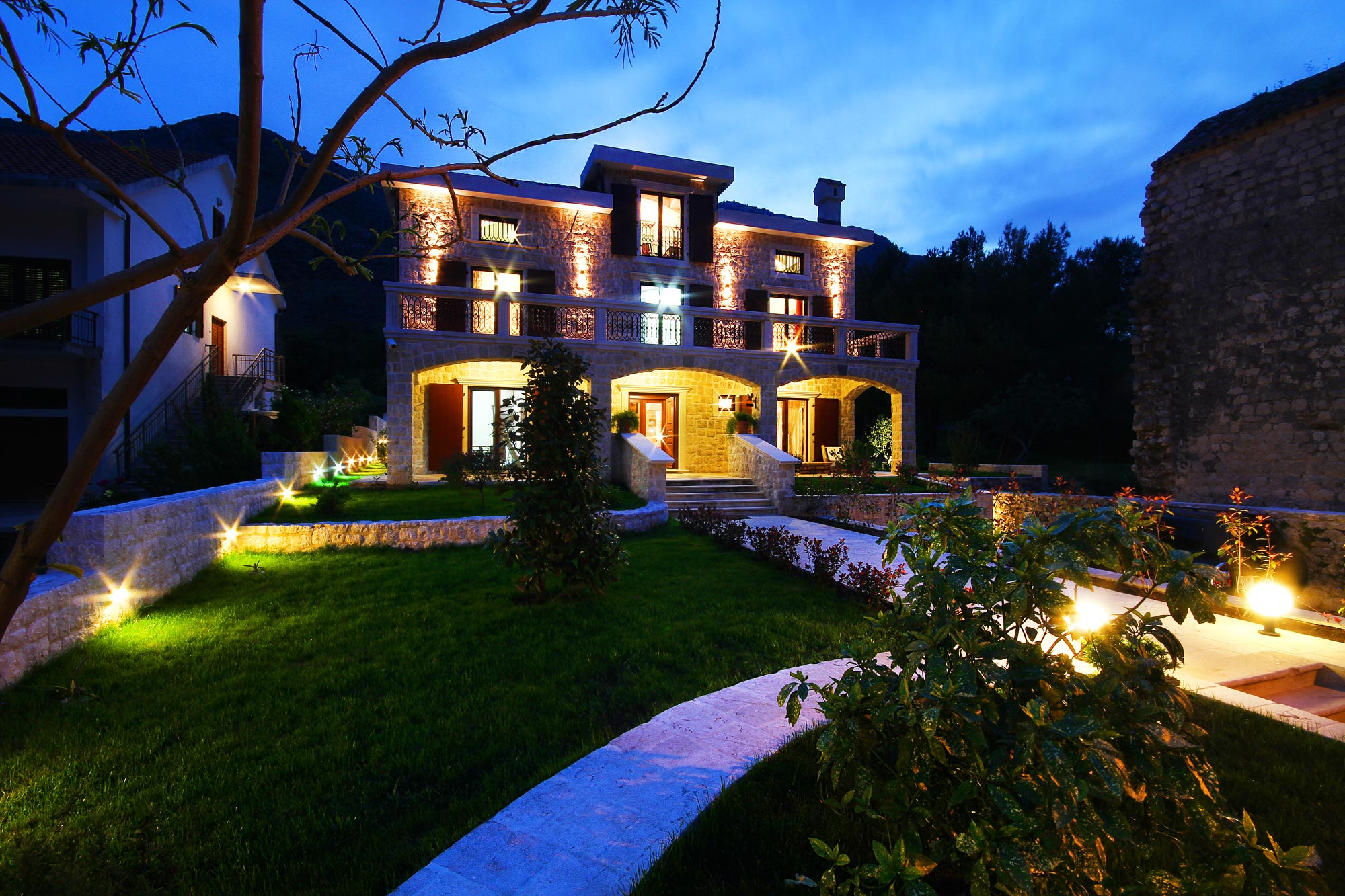 First line villa with swimming pool in Boka Bay