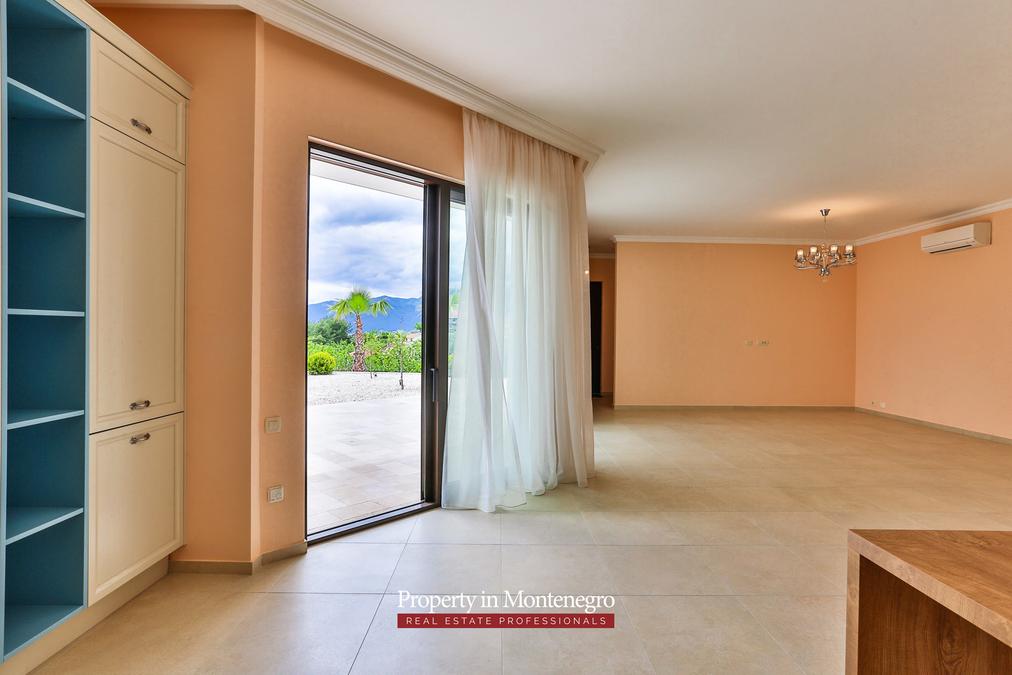 Luxury-villa-with-swimming-pool-for-sale-in-Tivat (5).jpg