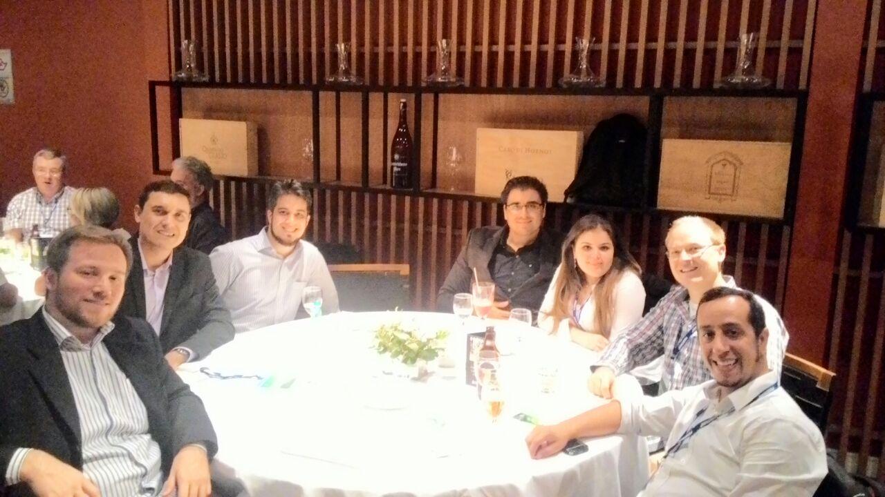 No jantar de confraternização do 15th ICAAR, da esq. p/ dir. Felipe (Concremat), Rodrigo Tadeu (Concremat), Murillo (Concremat), Rafael Eduardo Bizarro (Concremat), Grace Mazaro (Pesquisadora), Mario Kositz (Pesquisador da Alemanha) e Thomas Carmona (Carmona Soluções de Engenharia)