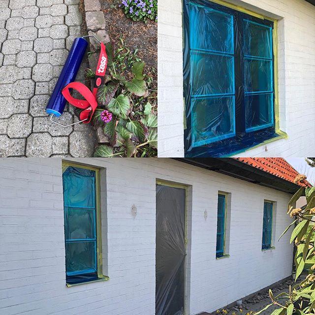 Skyddat fönster för fasad målning #hjärupsmåleriab #tesa #sol#tejp#plast#coloramalund