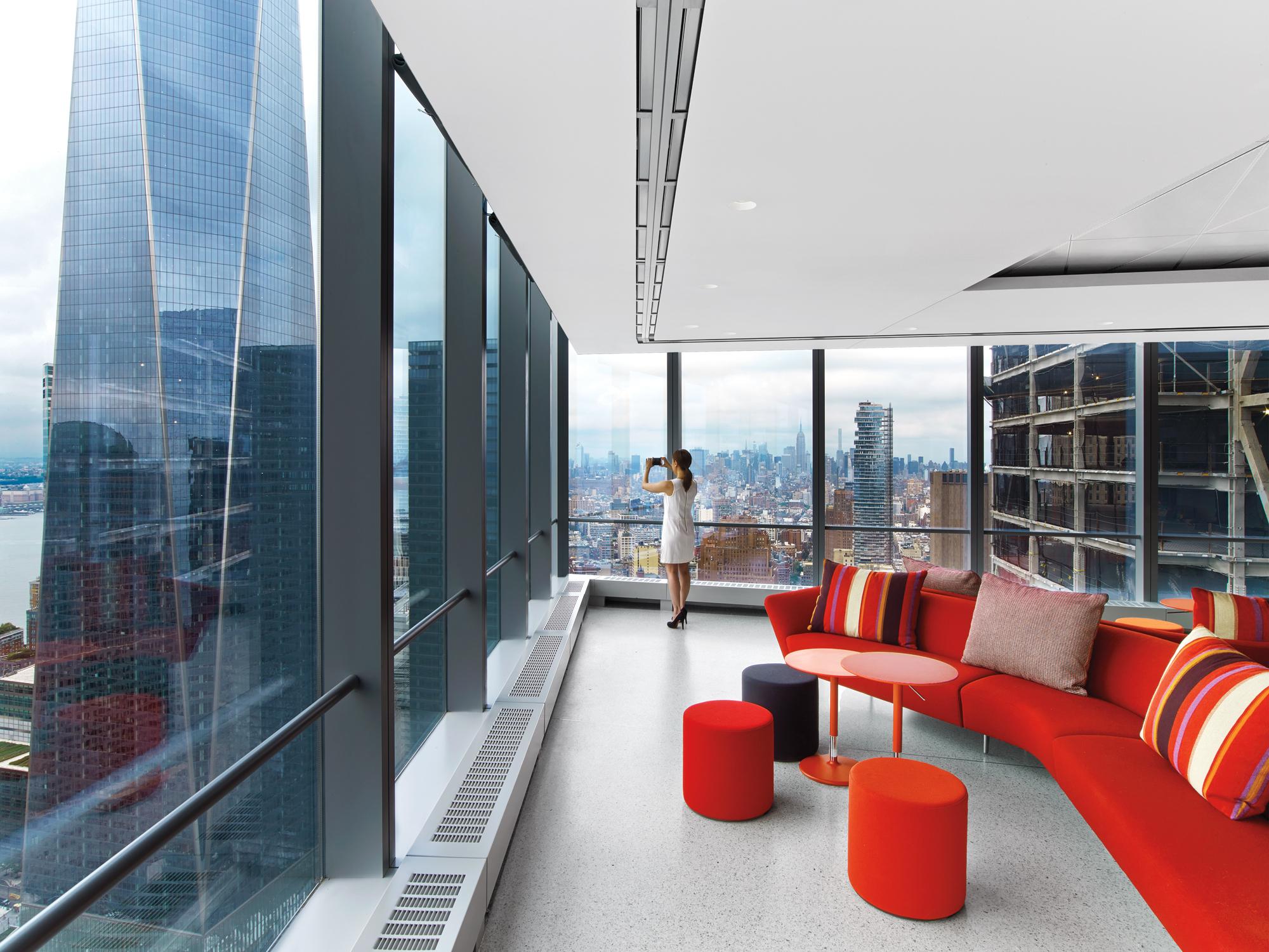 Os clientes podem acessar áreas informais que incluem Wi-Fi, um café, sofás de alto apoio, cadeiras em torno de mesas de café, um auditório semi-fechado e vistas espectaculares do One World Trade Center e da cidade.