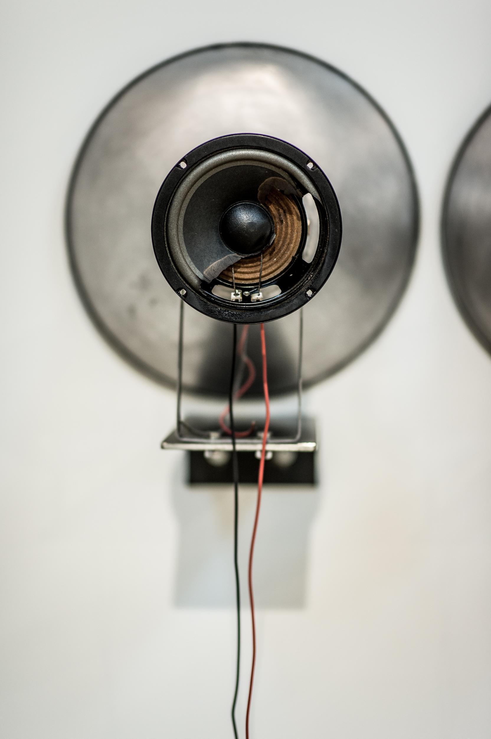 Arythmique,  2015.  [série Dialogues]   Installation avec mégaphones, haut-parleurs, battements de coeurs, amplificateur 40 watts, acier.   Installation with speakers, recorded heart beats, 40 watts amplifier and steel.   Dimensions variables   Variable dimensions