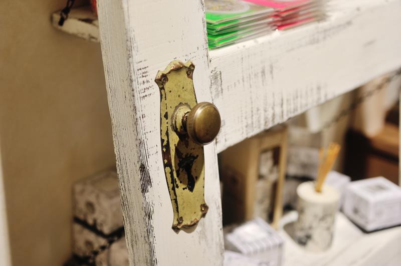 エイジングした扉を棚をして利用。