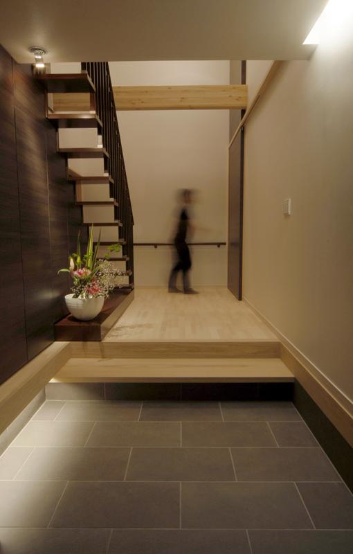 玄関:家の空間を水平垂直につなげている。