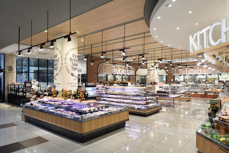 メインエントランス横には、すぐに惣菜売り場があり、中食を強調しています。
