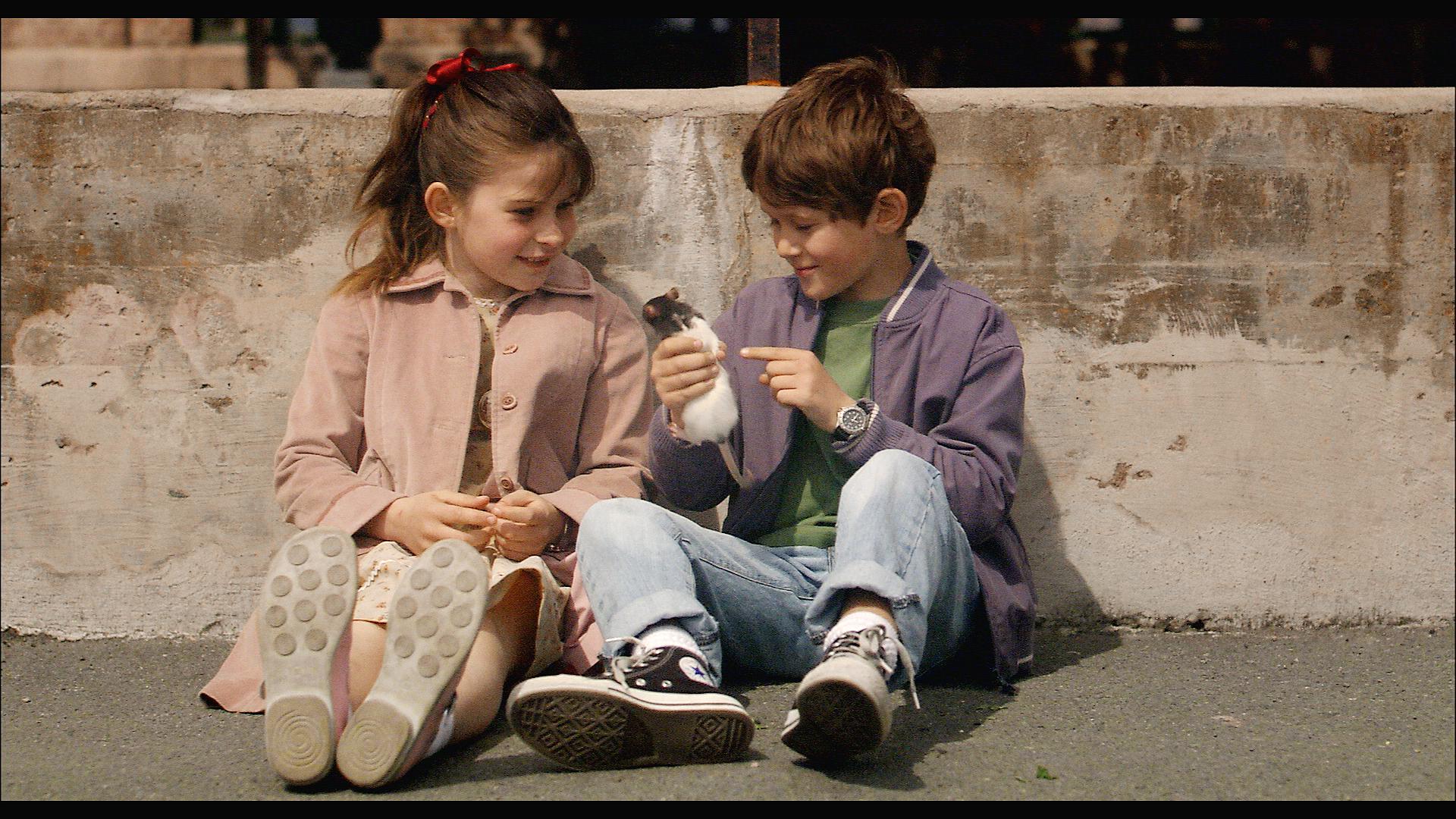 Svei og Melissa i skolegård.jpg