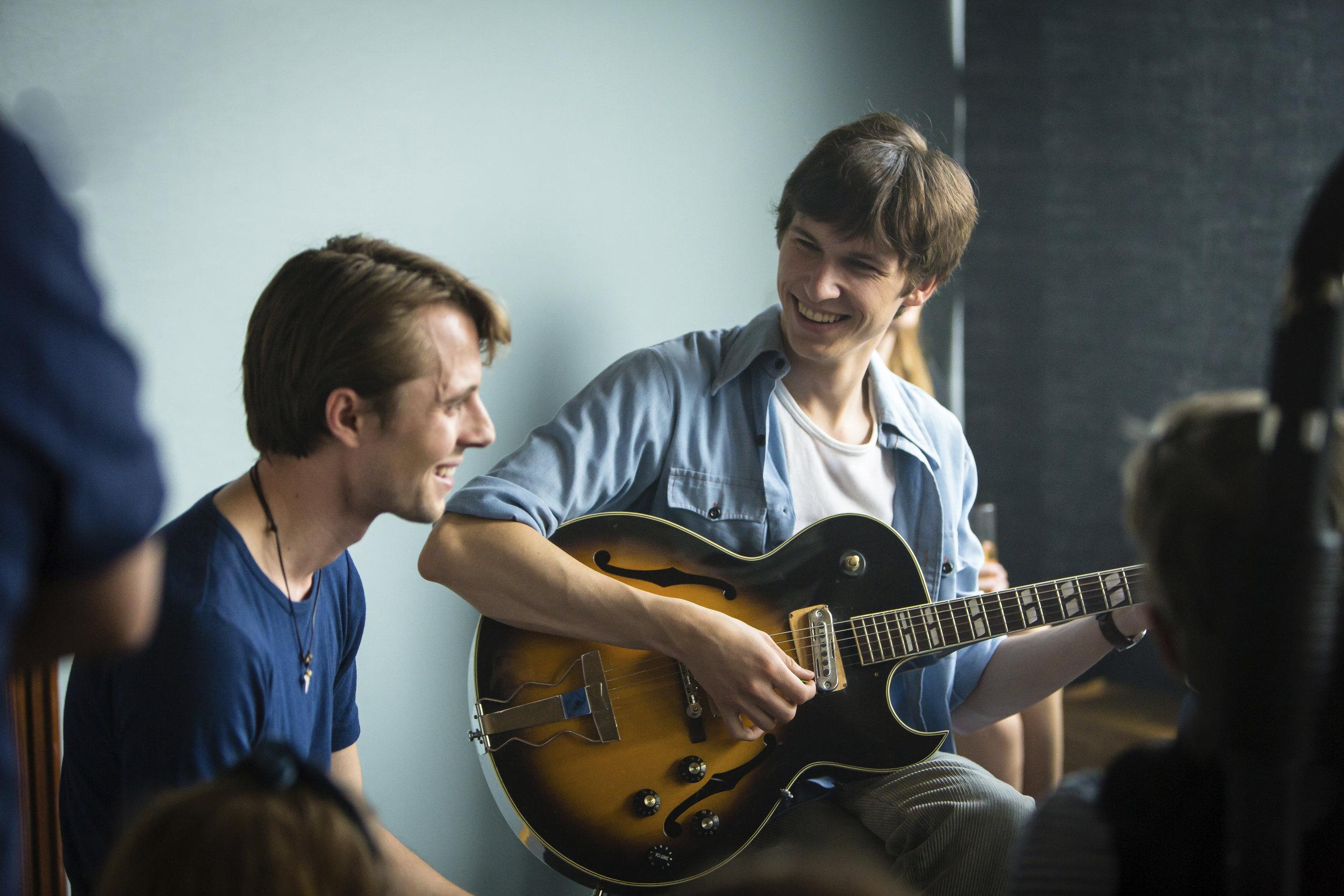LYKKELAND_Damon og Christian_Foto_Marius Vervik_NRK_Maipo Film kopi 2.jpg
