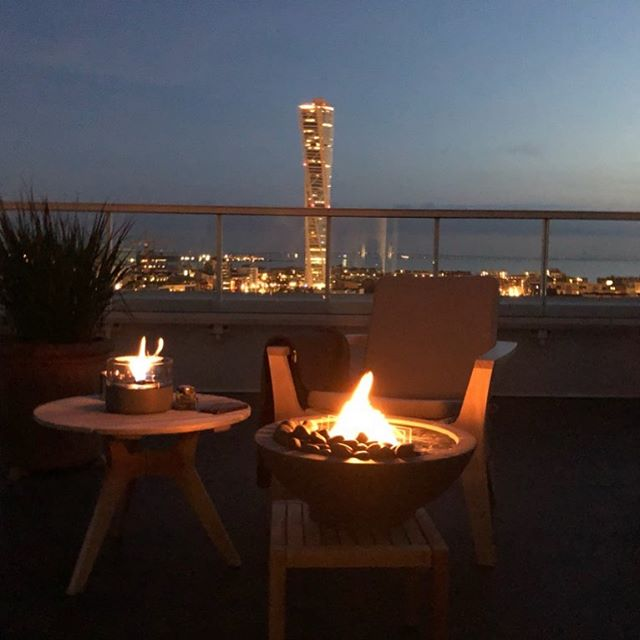 Malmø by night - midsummer-night in good company. #tenderflame #tenderflamesweden#malmö #midsummer #midsummernight #nosoot#nosmell #environmentallyfriendly #tendefuel#bobedreas #norwegiandesign #future #yourfuturestartshere #cosyflames #oneofthosenights