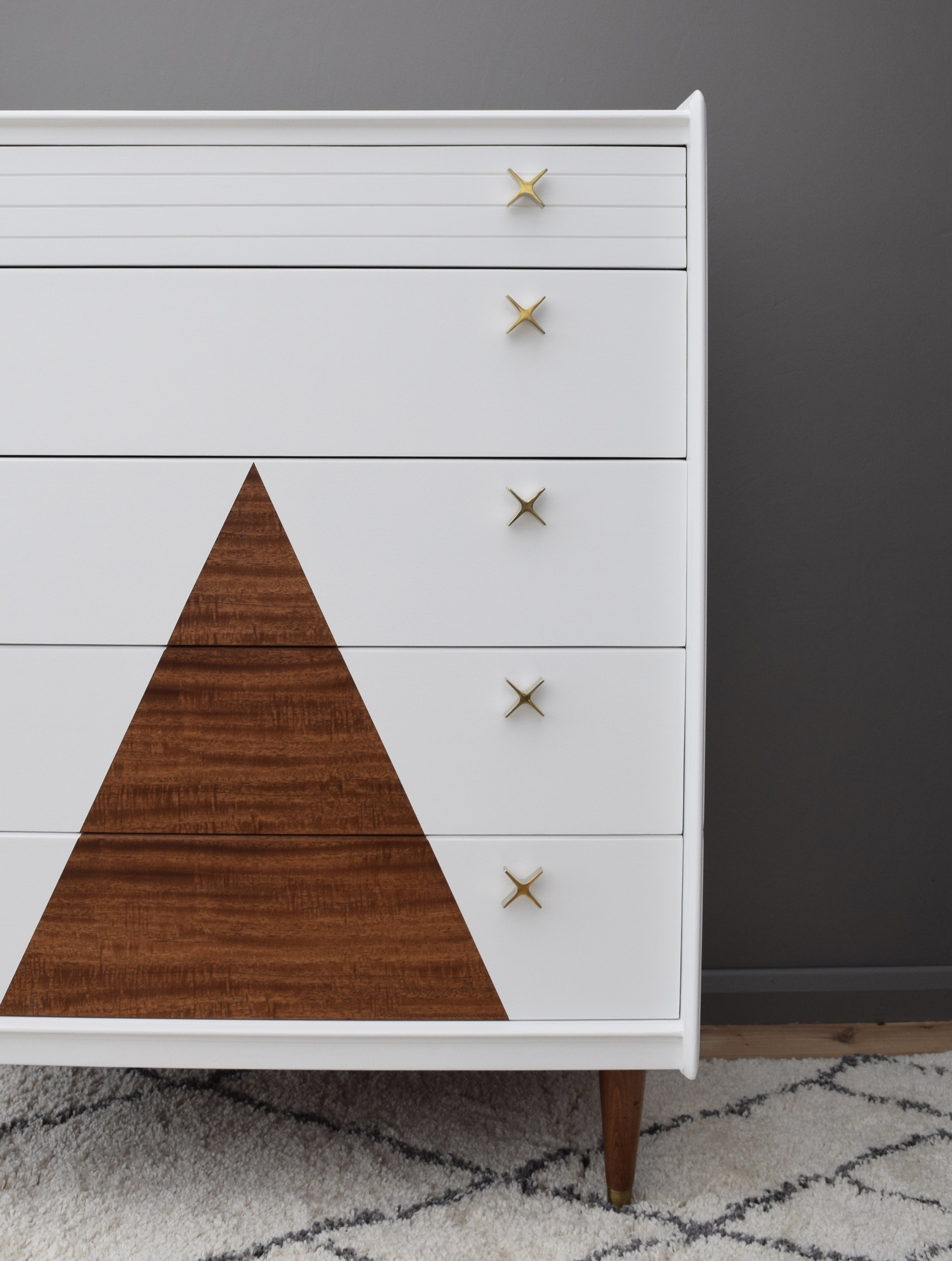 MID-CENTURY MAHOGANY CHEST OF DRAWERS WITH TRIANGLE DESIGN