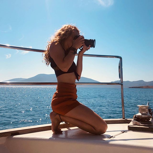 Our very own @LisaVortman in full on creative mode!!!!!💫 . . . . . . #modelmaterialphotographer #behindthecamera  #creating #elements #joblovegalore #retreatshoot  #ageansea #cyclades